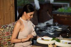 Matst?lle f?r kvinnaaftonkappa i Indien japansk fusion arkivfoto