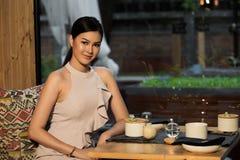 Matst?lle f?r kvinnaaftonkappa i Indien japansk fusion royaltyfri bild