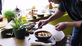 Matstilspecialist som arbetar på den asiatiska stilmaträtten stock video