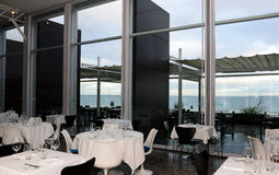 Matställe med havsikt, restaurangtabeller uppsättning, mat och drycker Royaltyfri Bild