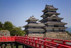 Matsumoto, Giappone, un castello vicino alle alpi giapponesi Fotografia Stock Libera da Diritti