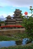 Matsumoto-Schloss mit einer Rose Lizenzfreie Stockbilder