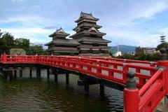 Matsumoto-Schloss und rote Brücke Stockfotografie