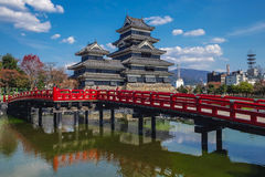 Matsumoto slott & blå himmel Arkivfoto