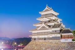 Matsumoto slott & x28; Matsumoto-jo& x29; historisk gränsmärke på natten i ja Arkivfoto