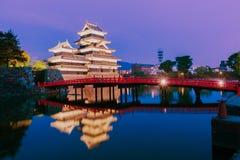 Matsumoto slott & x28; Matsumoto-jo& x29; historisk gränsmärke på natten med Arkivfoton