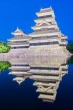 Matsumoto slott & x28; Matsumoto-jo& x29; historisk gränsmärke på natten med Royaltyfria Bilder