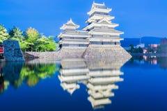 Matsumoto slott & x28; Matsumoto-jo& x29; historisk gränsmärke på natten med Arkivbilder
