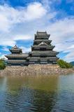 Matsumoto slott med dammet på solig dag Arkivbilder