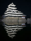 Matsumoto slott på natten i vinter japan Arkivbild