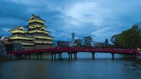 Matsumoto slott på nattetidschackningsperioden i Matsumoto, Japan stock video