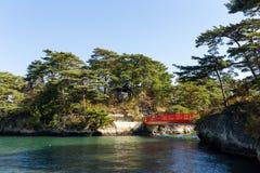 Matsushima fjärd och röd bro arkivfoton