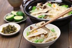 Matsutake gohan, ryż gotujący z matsutake ono rozrasta się zdjęcie stock