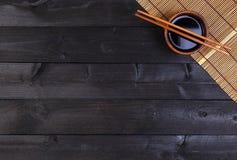 Matt bambu, soya, pinnar på den mörka tabellen royaltyfri foto