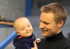 Matt Emmons con suo figlio fotografie stock libere da diritti
