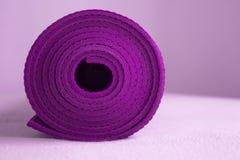Matt purpurfärgad yoga Arkivfoton