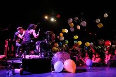 Matt und Kim, die energischen indie Knallpaare, die durch bunte Ballone umgeben wurden, starteten durch das Publikum Lizenzfreie Stockfotos