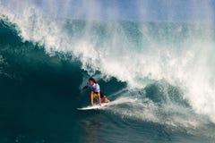 Matt Wilkinson que practica surf en los amos de la tubería fotografía de archivo libre de regalías