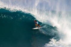 Matt Wilkinson que practica surf en los amos de la tubería imagen de archivo