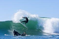 Matt Zehnder som surfar i Santa Cruz, Kalifornien Arkivfoto