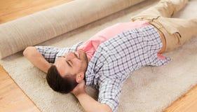 Matta eller filt för lycklig man liggande hemma Royaltyfri Foto