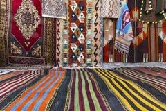 Matta shoppar sälja orientaliska filtar Arkivbilder