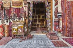 Matta shoppar sälja orientaliska filtar Royaltyfria Bilder