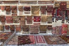 Matta shoppar sälja orientaliska filtar Fotografering för Bildbyråer