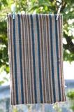 Matta som fixeras till en klädstreck Arkivfoto