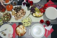 Mattabell, stekt kött med grönsaker, sallad och mellanmål Royaltyfri Foto