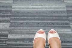 Mattar skor för hög häl för vita kvinnor på kontor Royaltyfria Bilder
