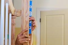 Mattat i installation av räcket i en ny hem- renovering arkivfoto