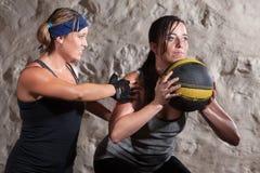 Matte-Lager-Trainings-Training mit Medizin-Kugel Stockfoto