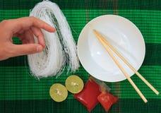 Matte mit trockenen Reissuppennudelnudeln Lizenzfreies Stockfoto