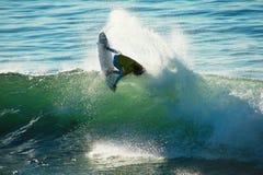 Matte Wilkinson die in Kerstman Cruz, Californië surft. royalty-vrije stock foto