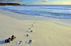 Matten gelassen auf dem Strand Lizenzfreies Stockbild
