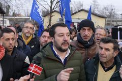 Matteo Salvini-F?hrer italienischer Lega-Partei und heutzutage Minister von inneren Angelegenheiten treffen Anh?nger w?hrend der  stockbild
