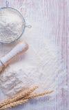Matterello della colapasta della farina delle orecchie del grano della segale sopra Fotografia Stock Libera da Diritti