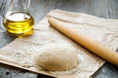 Matterello di legno con pasta appena preparato per pizza Immagine Stock Libera da Diritti