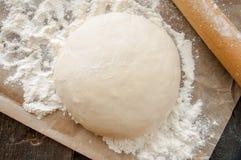 Matterello di legno con pasta appena preparato per pizza Fotografia Stock Libera da Diritti