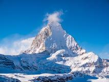 Matterhorn πέρα από Zermatt στα ελβετικά όρη Στοκ Εικόνες