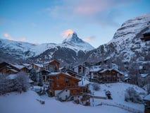 Matterhorn πέρα από Zermatt στις ελβετικές Άλπεις Στοκ εικόνα με δικαίωμα ελεύθερης χρήσης