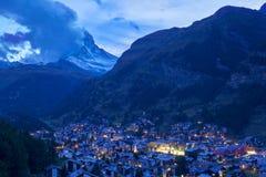 Matterhorn av fjällängar når en höjdpunkt på skymningen, Schweiz Fotografering för Bildbyråer