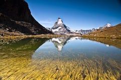 Matterhorn-Berg relflected im Wasser, Sommerzeit Alpen, die Schweiz Stockfotografie