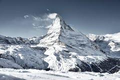 Matterhorn berg som täckas av molnet som en flagga royaltyfri foto