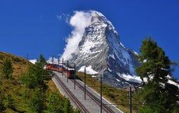 Matterhorn con el ferrocarril y el tren Imagen de archivo libre de regalías