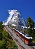 Matterhorn con la ferrovia ed il treno Immagini Stock Libere da Diritti