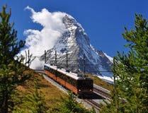 Matterhorn con la ferrovia ed il treno Immagine Stock Libera da Diritti
