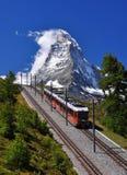 Matterhorn con la ferrovia ed il treno Fotografie Stock
