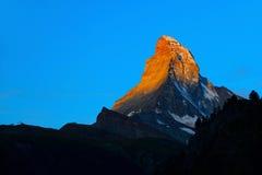Matterhorn dans le début de la matinée avec l'alpenglow et le ciel bleu dans le summe Photographie stock libre de droits